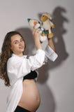 Mujer embarazada con la marioneta Imagenes de archivo