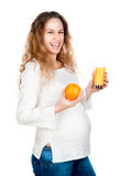 Mujer embarazada con la naranja bonita de la explotación agrícola del estómago Fotos de archivo libres de regalías