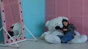 Mujer embarazada con la PC de la tableta que se relaja en sitio del ` s del niño almacen de metraje de vídeo