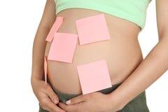 Mujer embarazada con las etiquetas engomadas de papel en la panza, Fotografía de archivo libre de regalías