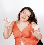 Mujer embarazada con las manoplas de los niños Imagenes de archivo