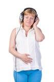Mujer embarazada con los auriculares Imágenes de archivo libres de regalías