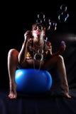 Mujer embarazada con los bubles del jabón Imagen de archivo libre de regalías