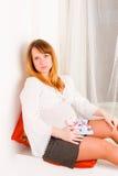 Mujer embarazada con los juguetes suaves Fotografía de archivo