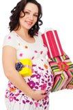 Mujer embarazada con los rectángulos de regalo Fotos de archivo