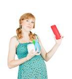 Mujer embarazada con los toilletries Imagen de archivo libre de regalías