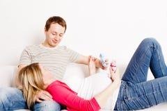 Mujer embarazada con su marido Imágenes de archivo libres de regalías