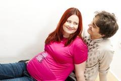 Mujer embarazada con su marido Imagen de archivo libre de regalías