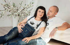 Mujer embarazada con su marido cariñoso en una anticipación feliz Foto de archivo libre de regalías