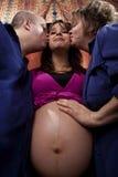 Mujer embarazada con sus padres Foto de archivo