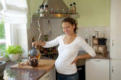 Mujer embarazada con té Imagen de archivo libre de regalías