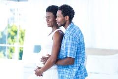 Mujer embarazada de abarcamiento del marido Foto de archivo
