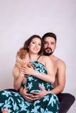 Mujer embarazada de Happu con su marido y perro Foto de archivo