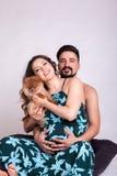 Mujer embarazada de Happu con su marido y perro Fotos de archivo