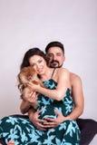 Mujer embarazada de Happu con su marido y perro Fotografía de archivo libre de regalías