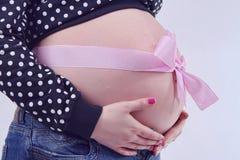 Mujer embarazada de la cinta Imagen de archivo