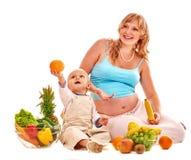 Mujer embarazada de la familia que prepara la comida Imagen de archivo libre de regalías