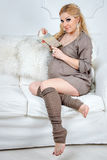 Mujer embarazada de la moda hermosa joven que se sienta encendido Imagen de archivo libre de regalías
