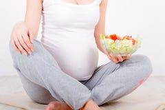 Mujer embarazada de los jóvenes Fotografía de archivo libre de regalías