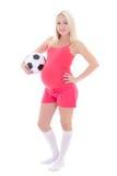 Mujer embarazada de los jóvenes con el balón de fútbol aislado en blanco fotografía de archivo