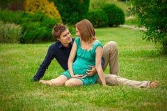 Mujer embarazada de los jóvenes con el hombre joven Fotos de archivo