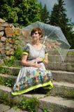 Mujer embarazada de los jóvenes debajo del paraguas Foto de archivo