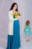 Mujer embarazada de los jóvenes en un vestido de la turquesa Imágenes de archivo libres de regalías