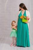 Mujer embarazada de los jóvenes en un vestido de la turquesa Imagen de archivo