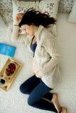 Mujer embarazada de los jóvenes, mintiendo en cama con el teléfono elegante, libro, coffe Imágenes de archivo libres de regalías