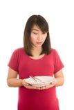 Mujer embarazada de los jóvenes que come la ensalada vegetal sana, nuez sana imagen de archivo libre de regalías