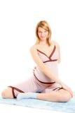 Mujer embarazada de los jóvenes que hace ejercicios Imagen de archivo libre de regalías