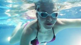 Mujer embarazada de los jóvenes que nada bajo el agua almacen de video