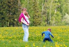 Mujer embarazada de los jóvenes y su hijo Foto de archivo