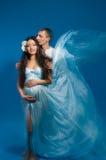 Mujer embarazada del asiático en una alineada de seda foto de archivo