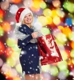 Mujer embarazada del día de fiesta de la Navidad en el sombrero de santa Imágenes de archivo libres de regalías