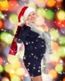 Mujer embarazada del día de fiesta de la Navidad en el sombrero de santa Foto de archivo libre de regalías