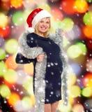 Mujer embarazada del día de fiesta de la Navidad en el sombrero de santa Fotografía de archivo libre de regalías