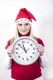 Mujer embarazada del pánico con el sombrero y el reloj de la Navidad Fotografía de archivo libre de regalías