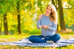 Mujer embarazada del retrato Foto de archivo libre de regalías