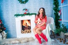 Mujer embarazada en Año Nuevo y la Navidad Imagenes de archivo