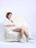 Mujer embarazada en butaca Foto de archivo