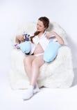 Mujer embarazada en butaca Fotografía de archivo