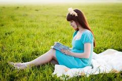 Mujer embarazada en el campo Fotografía de archivo