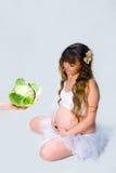 Mujer embarazada en el fondo blanco Foto de archivo libre de regalías