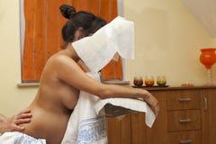Mujer embarazada en el masaje prenatal Fotos de archivo libres de regalías
