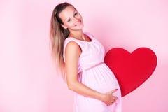 Mujer embarazada en estudio Imagen de archivo