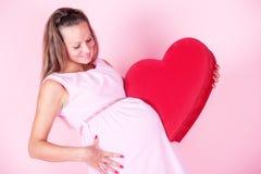 Mujer embarazada en estudio Imagen de archivo libre de regalías