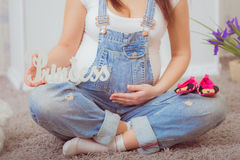 Mujer embarazada en guardapolvos del dril de algodón Fotografía de archivo libre de regalías