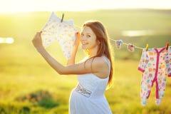 Mujer embarazada en jardín adornado Imagenes de archivo