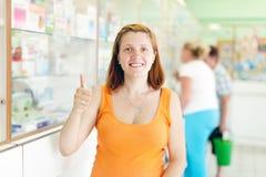 Mujer embarazada en la farmacia Imagen de archivo libre de regalías